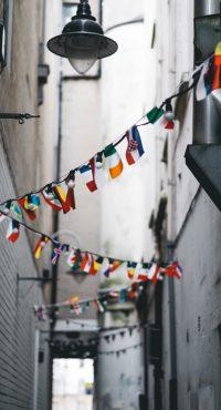 rue avec drapeau