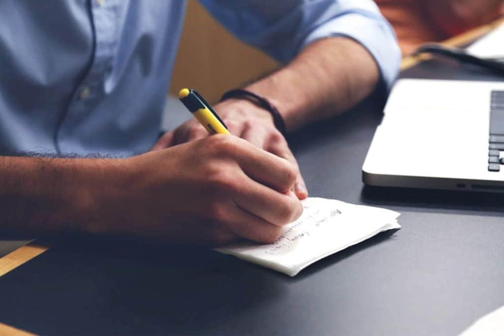 Combiner cours d'anglais et job : est-ce possible ?