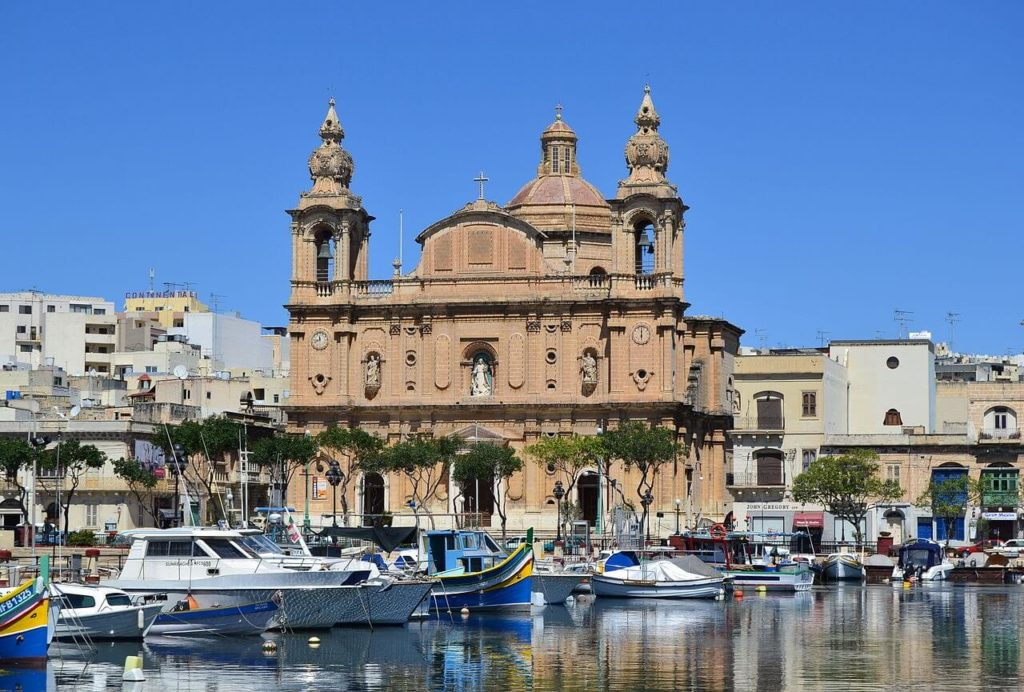 Vue de l'église de Msida devant la marina