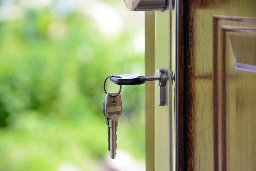 clé d'un logement insérée dans la serrure
