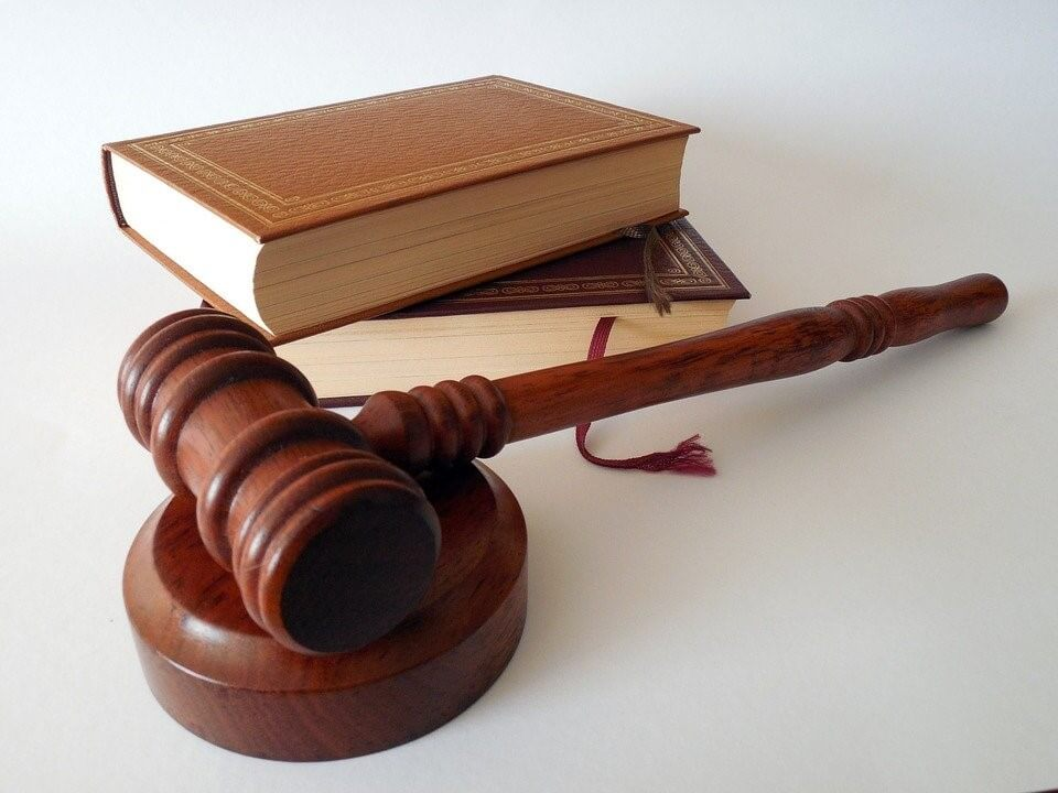 marteau de juge et livres de droit