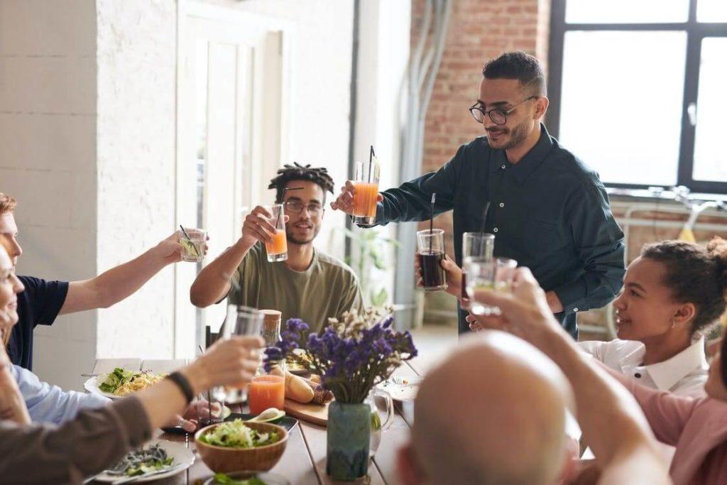 groupe d'amis qui partagent un repas