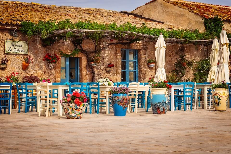 terrasse colorée d'un restaurant en sicile