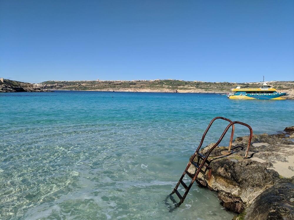 blue lagoon sur l'île de comino à malte