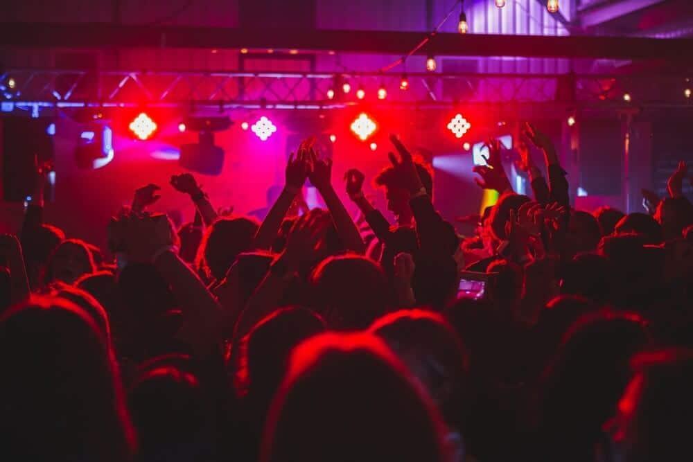 foule en train de danser dans une boite de nuit