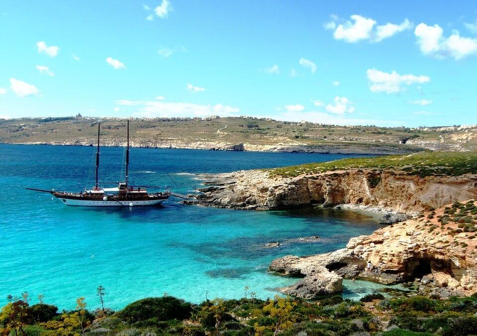 vue de blue lagoon sur l'île de Comino à Malte