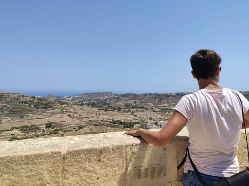 jeune fille regarde la vue depuis Mdina à Malte