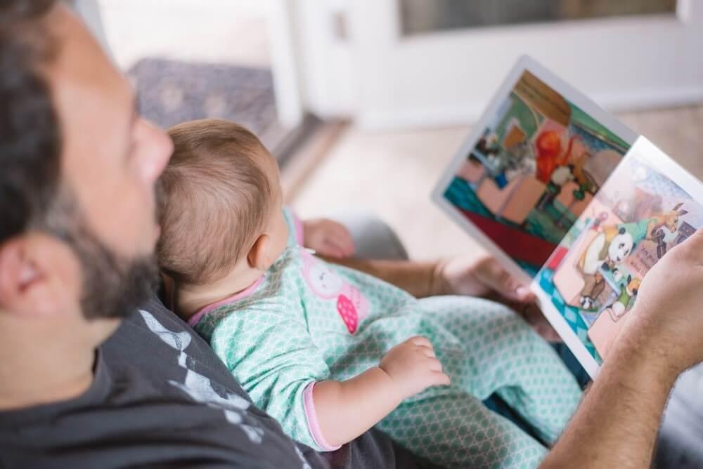 papa lisant une histoire à son bébé