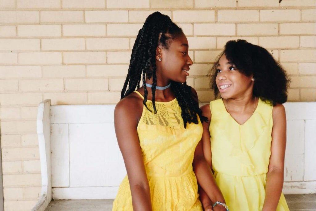 deux jeunes filles se sourient