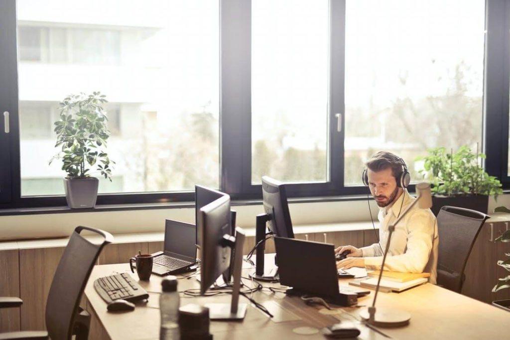 homme qui travaille sur un ordinateur