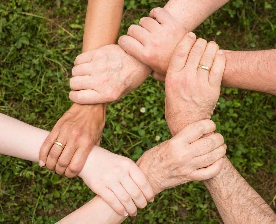 les membres d'une famille qui se tiennent par la main
