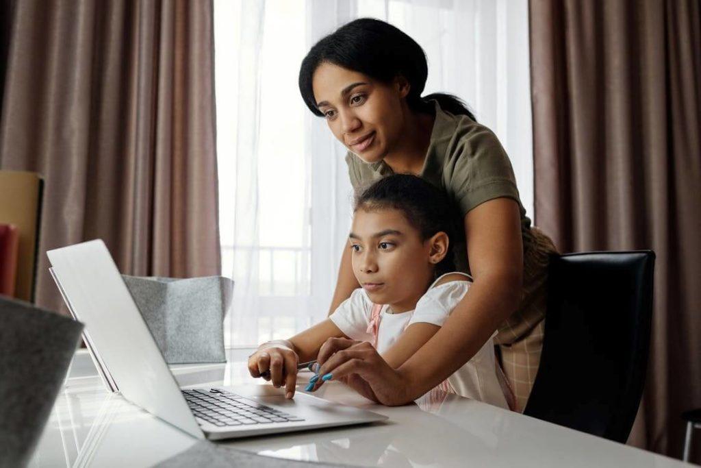 mère et son enfant qui regardent un ordinateur