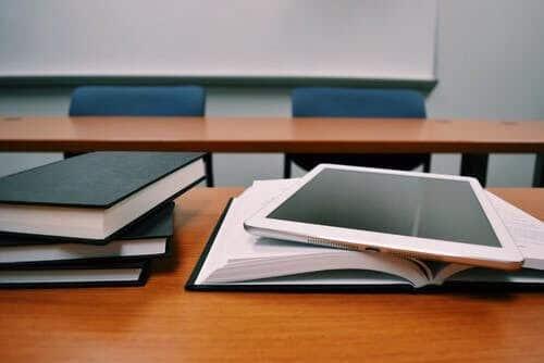 pile de livres avec une tablette numérique
