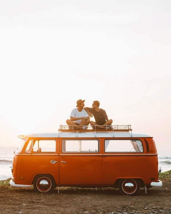 deux amis sur un van au coucher de soleil