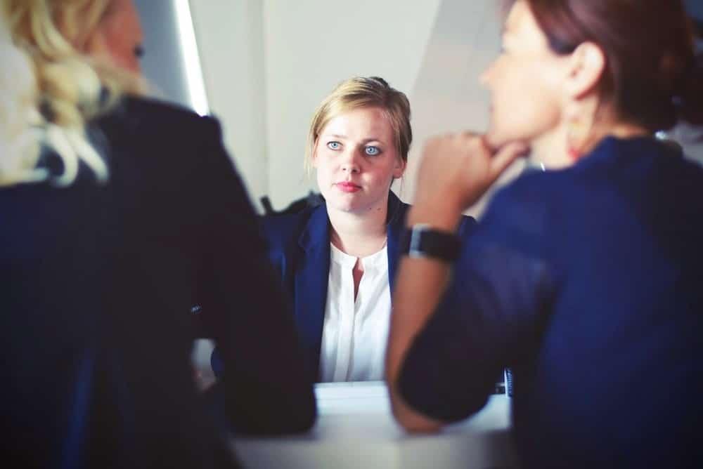 3 femmes en rendez-vous professionnel