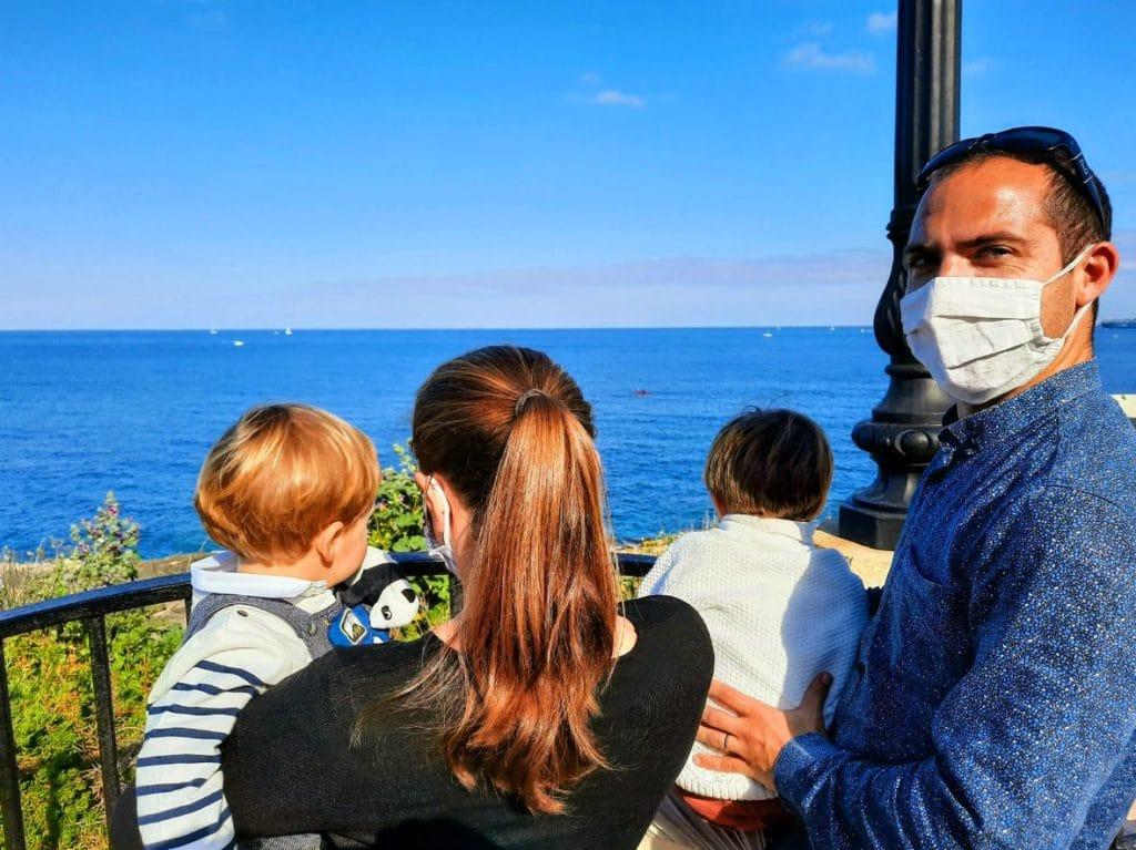 Famille devant la mer à Malte