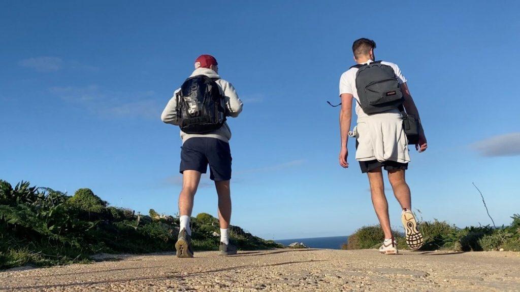 deux jeunes qui marchent à Malte vus de dos