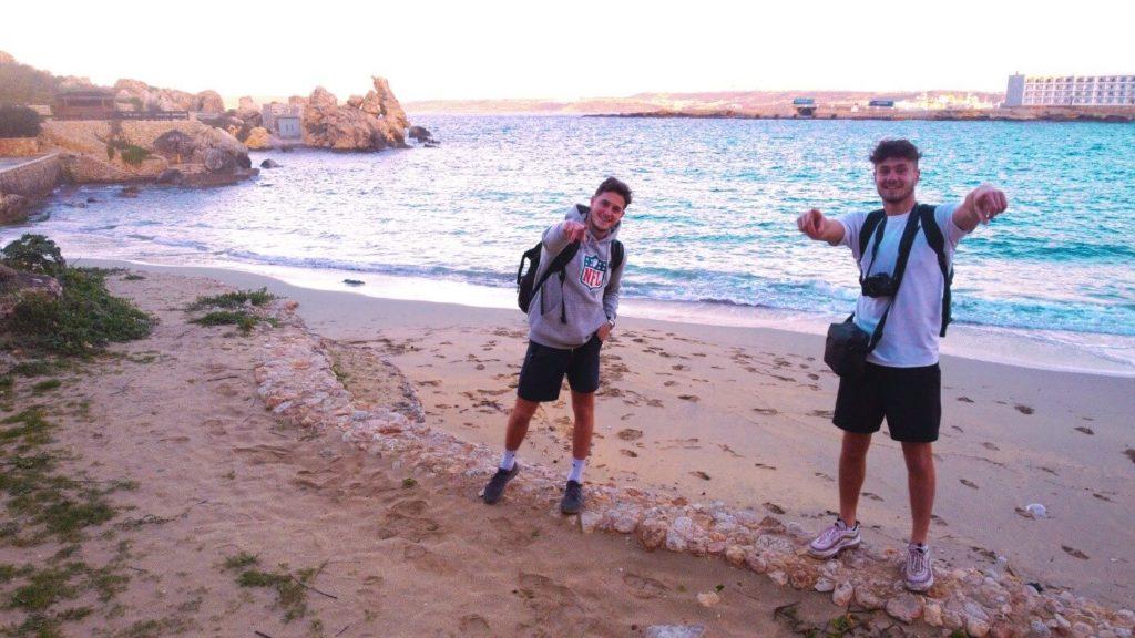 deux jeunes sur une plage à Malte