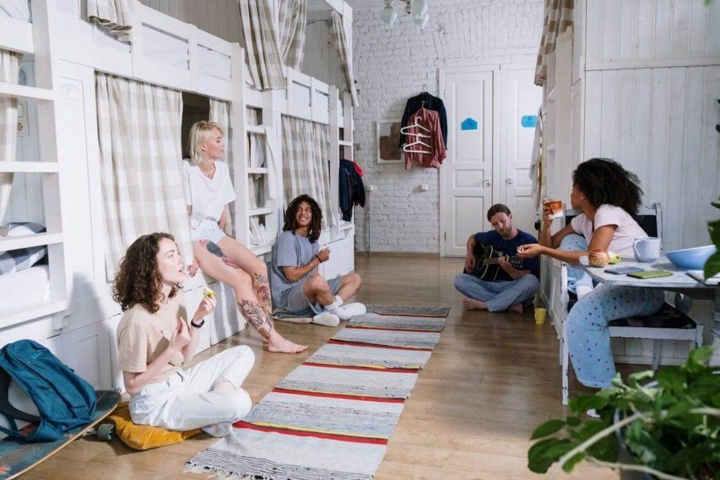 groupe d'amis dans un appartement