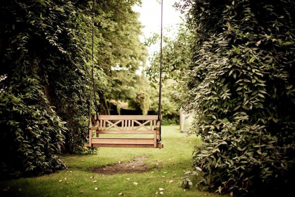 bancelle suspendue entre les arbres