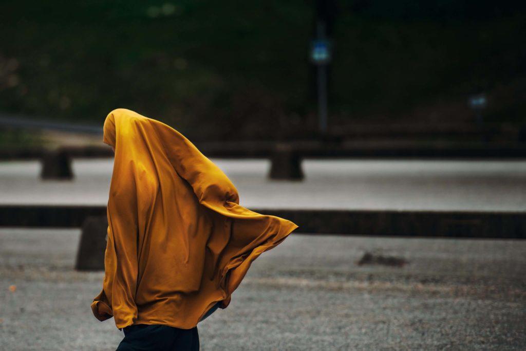 femme voilée dans la rue