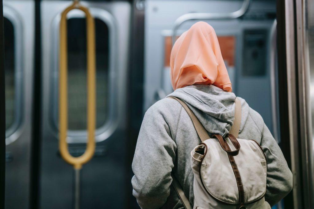 femme voilée dans les transports