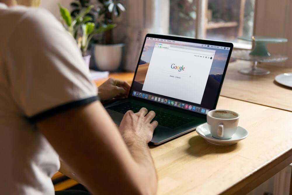 ordinateur ouvert sur Google