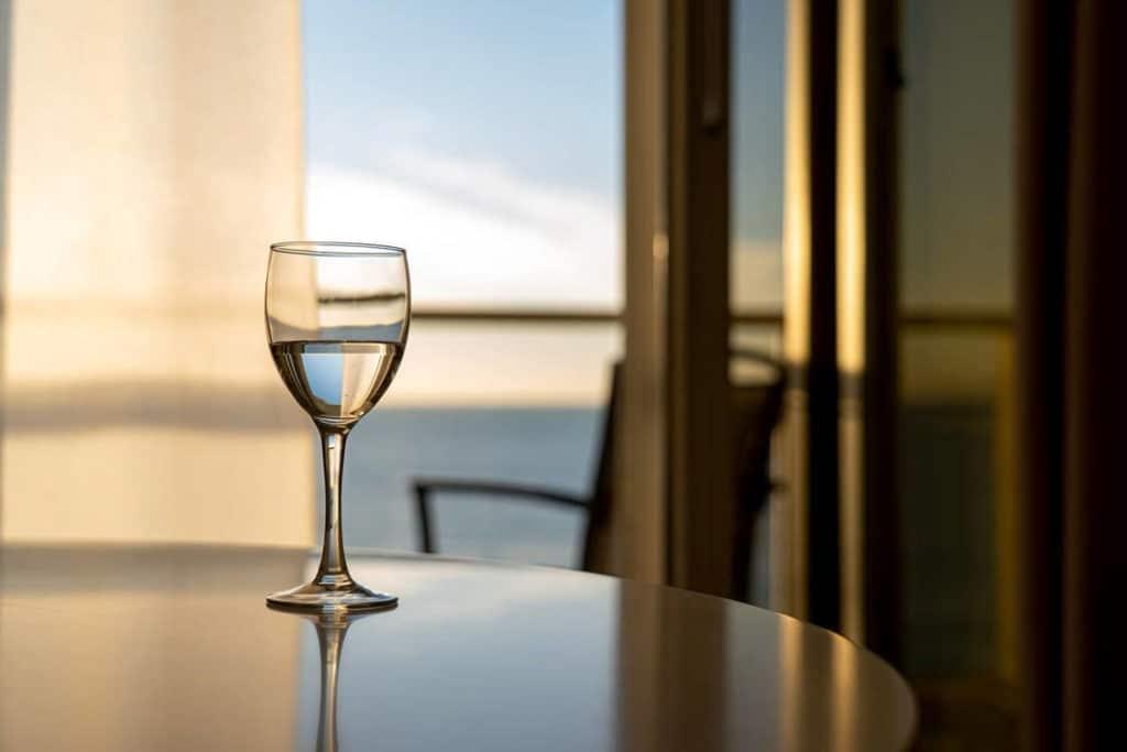 verre de vin devant un fenêtre