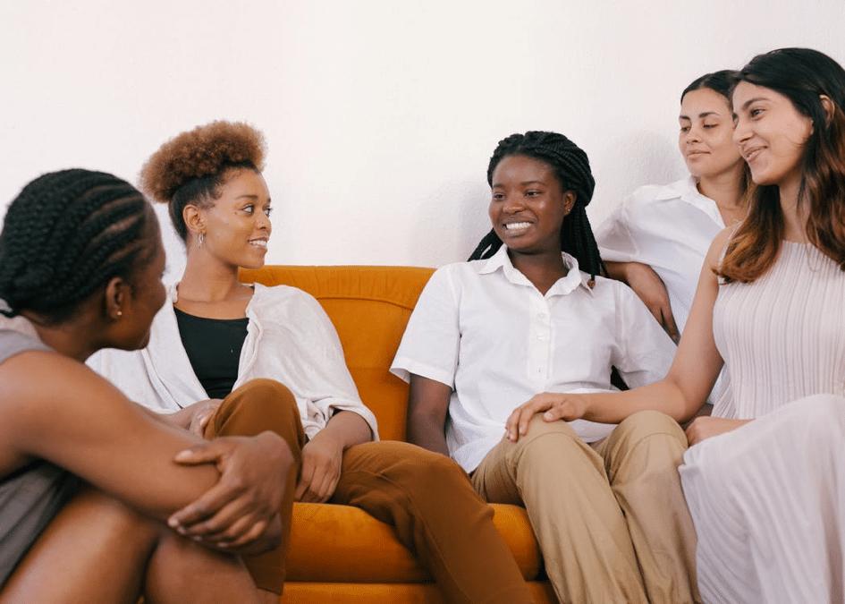 cinq femmes qui discutent