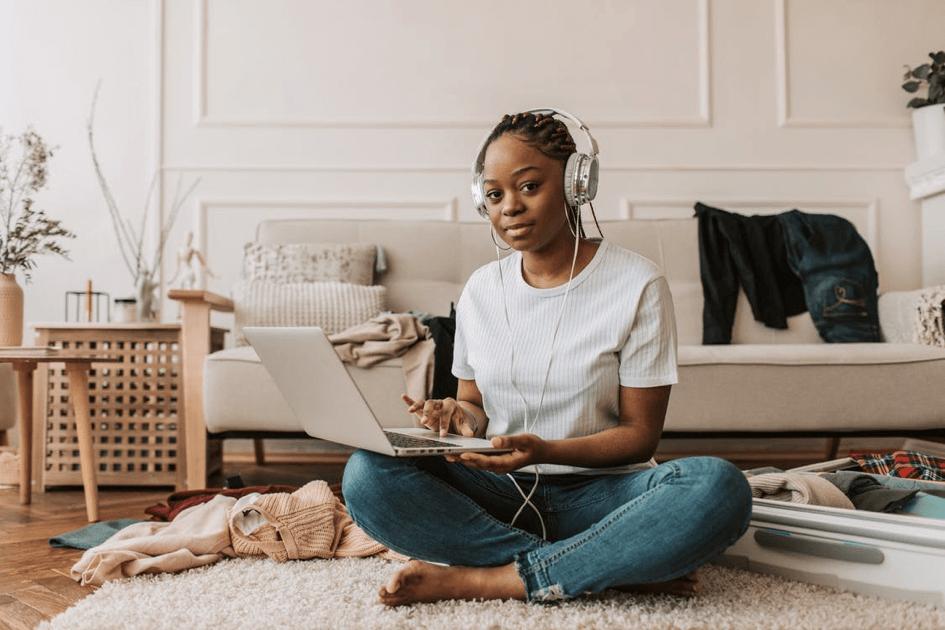 femme qui écoute de la musique sur son ordinateur