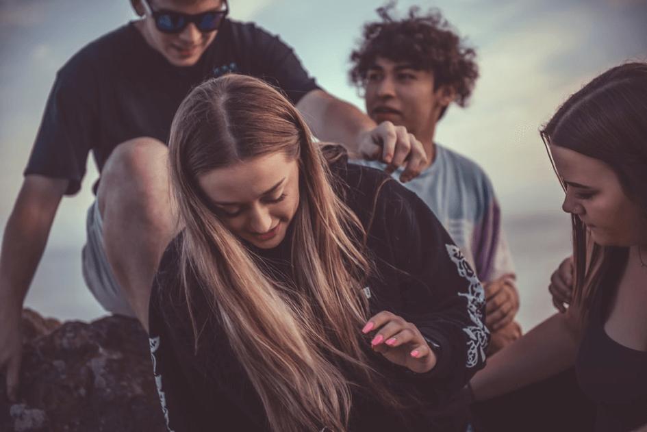 jeunes posés sur la plage