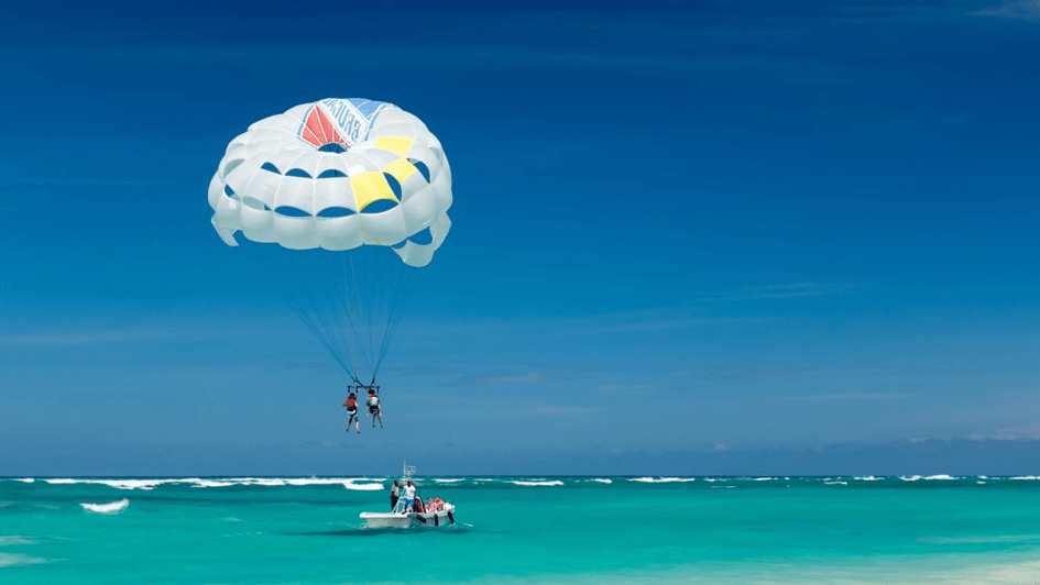 parasailing sur la mer à Malte