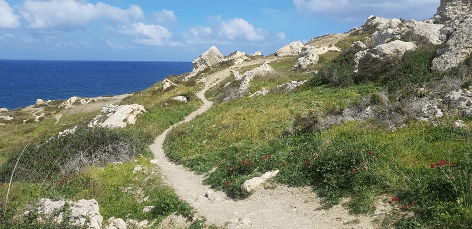 Randonnée au bord d'une baie à Malte